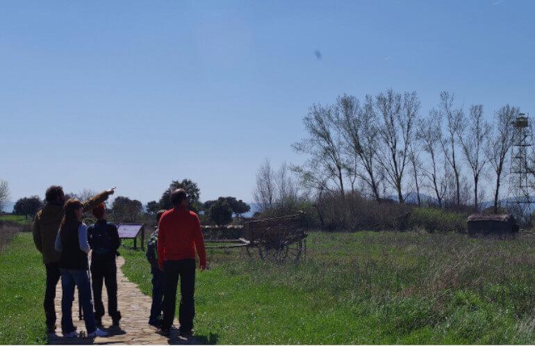 Familia haciendo educación ambiental en Cabañeros