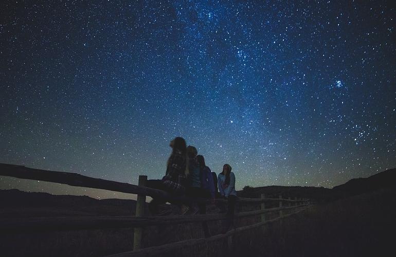 Sentados contemplando las estrellas
